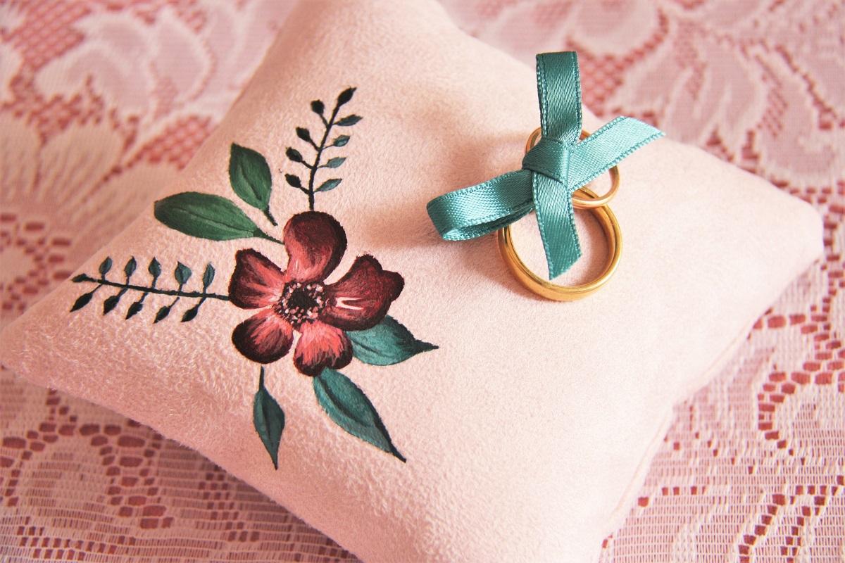 coussin alliances personnalisé peint main suédine rose fleurs La kitsch lorraine