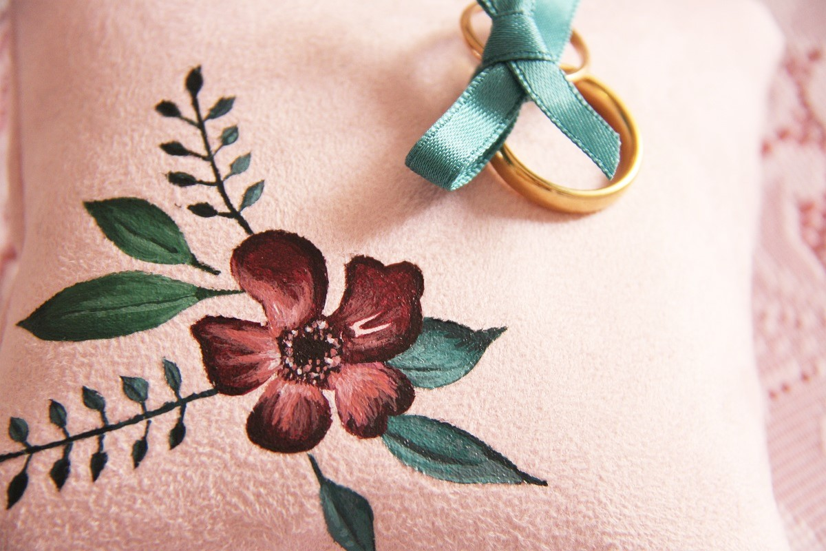 coussin alliances personnalisé peint main suédine rose fleurs 2 la kitsch lorraine