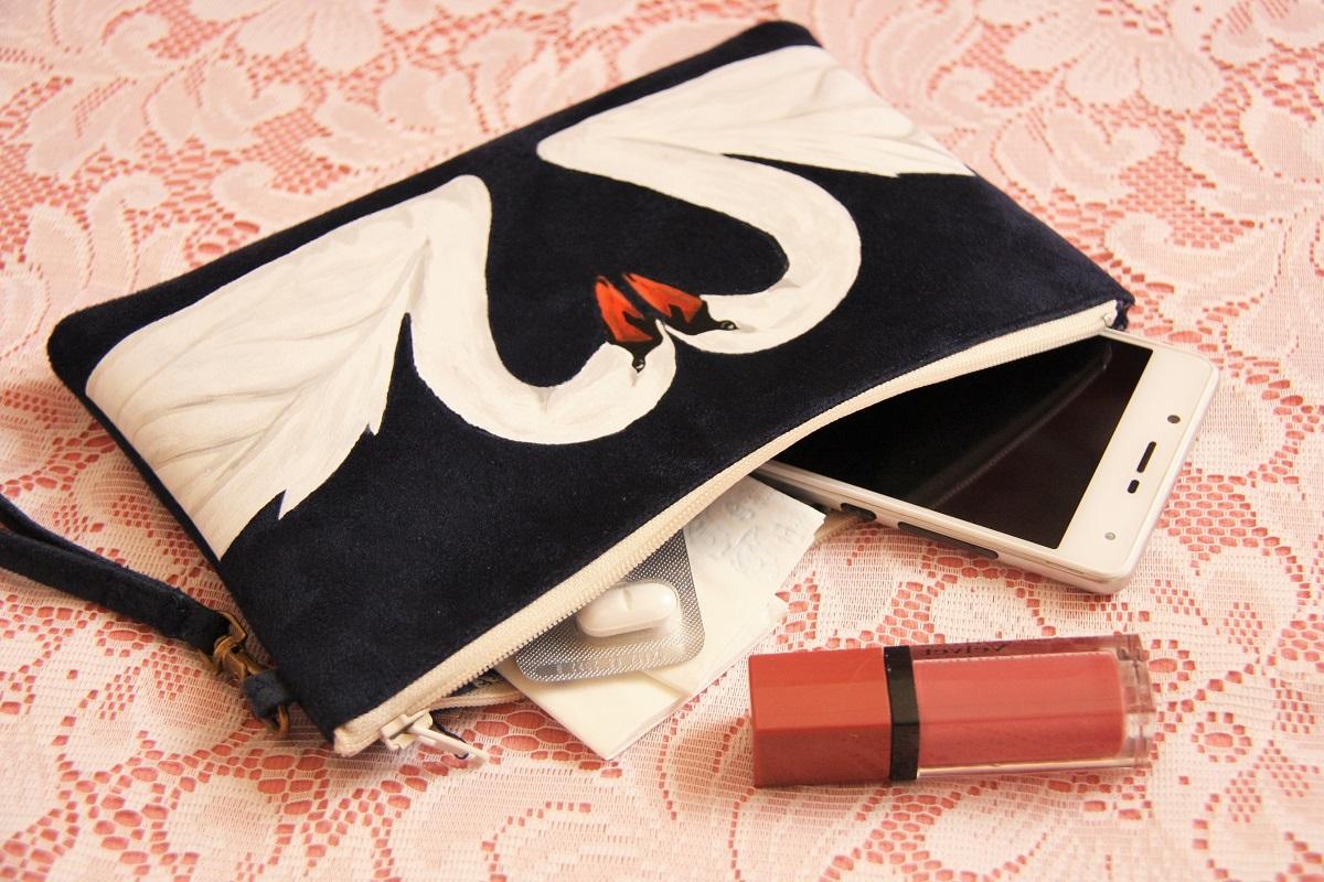 pochette personnalisée peint main suédine marine cygnes coeur la kitsch lorraine