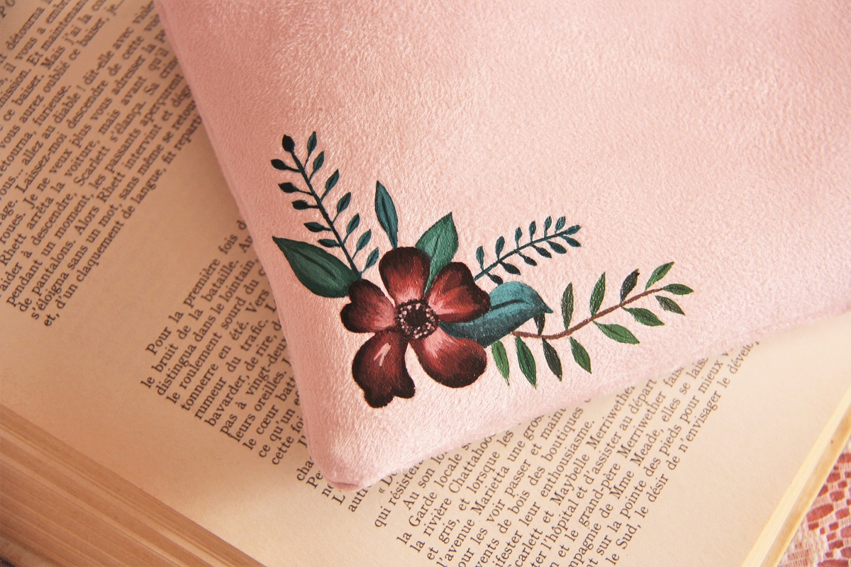 pochette personnalisée peint main suédine rose fleurs la kitsch lorraine