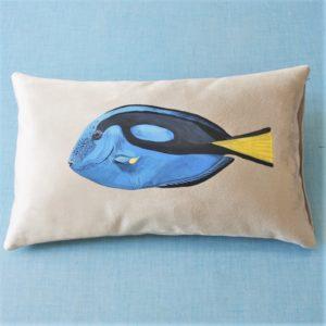 Coussin-peint-main-suédine-grise-Dory-poisson-kitsch-lorraine-3