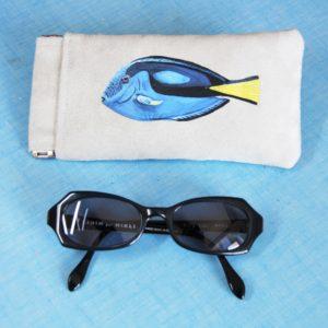 Etui-lunettes-peint-main-suédine-grise-Dory-poisson-kitsch-lorraine