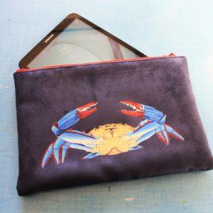 Etui tablette peint main suédine marine Gérard le crabe kitsch lorraine 4