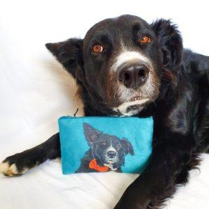 pochette peint main suédine turquoise portrait chien et son modèle la kitsch lorraine